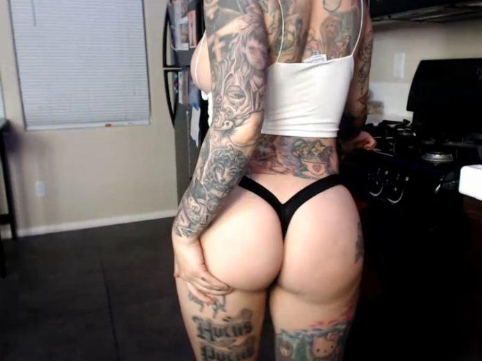 JayLynnxo Thrills Us With Booty And A Blowjob
